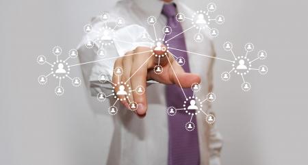 evento social: Hombre de negocios que presiona el tipo de medio virtual de botones