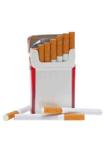 cigarrillos: Abierto el paquete de cigarrillos y un cigarrillo en un fondo blanco.