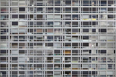 fachada: edificio de oficinas con un montón de ventanas