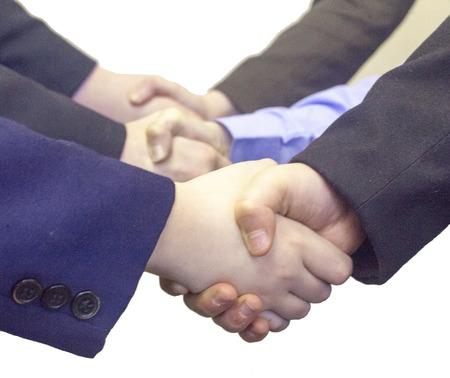 manos estrechadas: tres apretones de manos sobre un fondo blanco