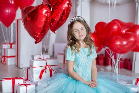 귀여운 소녀는 빨간색 풍선에 함께 생일을 축 하합니다.