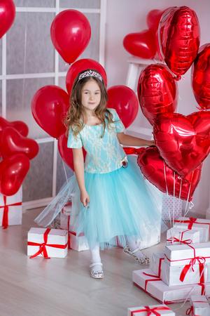 bougie coeur: Jolie fille célébrant le jour de la naissance ensemble à proximité des ballons rouges.