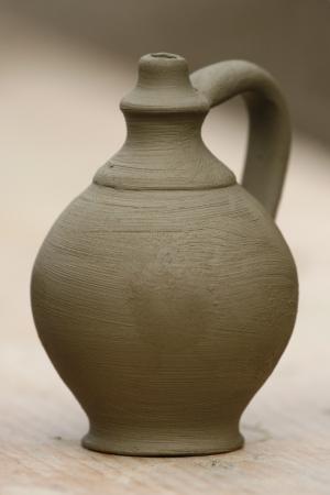 alfarero: Primer plano de un jarrón de cerámica pequeña