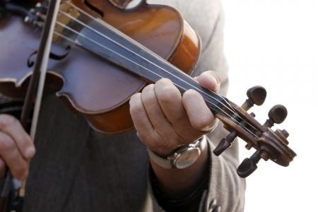 gitana: Primer plano de las manos tocando el violín