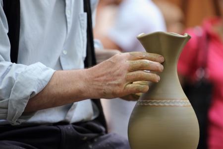 alfarero: Close up de alfarero de alfarero s manos en el trabajo