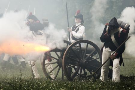 bombard: Immagine di artiglieria piede francese con tiro di cannone Editoriali