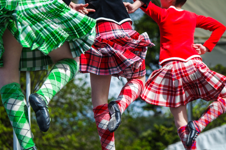 Highland bailarín en los juegos de tierras altas en escocia