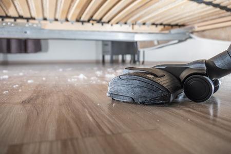 Stof en vuil vuil onder het bed