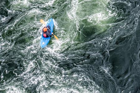 Wazig langzame sluitertijd shot van een kano stuurprogramma met kopie ruimte