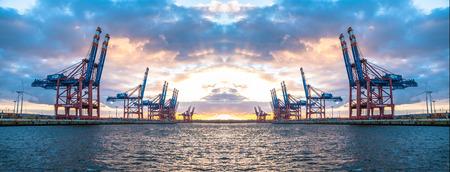 ハンブルクドイツ - 2017 年 7 月 12 日: コンテナー ガントリー クレーン、深海でアンロード船の準備ターミナル Eurogate のポート ハンブルク Waltershof