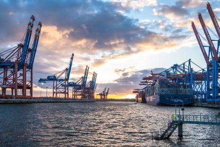 ハンブルクドイツ - 2017 年 7 月 12 日: ハンブルク Waltershof ポートのターミナルの Eurogate と Burchardkai、深海でアンロード船の準備のコンテナー ガント 報道画像