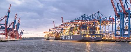 ハンブルクドイツ - 2017 年 7 月 12 日: 夜ハンブルク Waltershof をポート ターミナル、深海で Burchardkai アンロード船のコンテナー ガントリー クレーン 報道画像