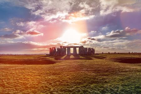 Stonehenge tegen de zon, Wiltshire, Engeland Stockfoto - 83295647
