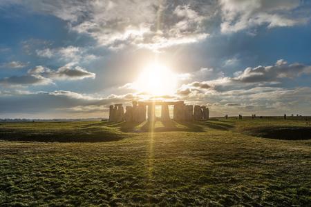 Stonehenge tegen de zon, Wiltshire, Engeland Stockfoto - 83295644