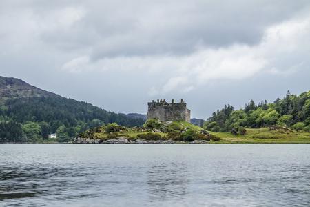 Castle Tioram - a ruined castle on a tidal island in Loch Moidart, Lochaber, Highland, Scotland Banco de Imagens