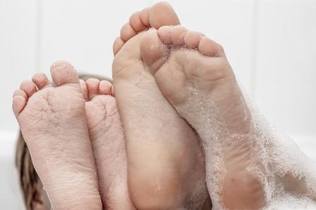 Nahaufnahme von wrinkeled Füßen auf Rand der Blasenbadewanne Standard-Bild - 92685754