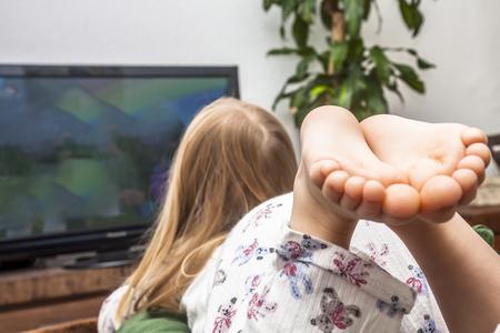 소파에서 TV를보고 어린 소녀
