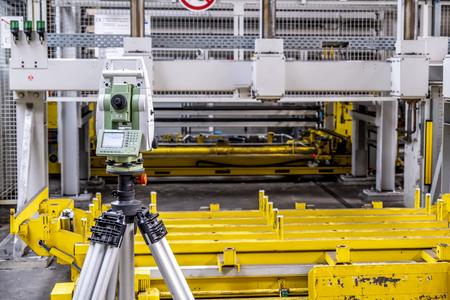 Burbach / Alemania - 16 de julio de 2018: Cierre de teodolito de equipos de topografía en sitio de construcción industrial Editorial