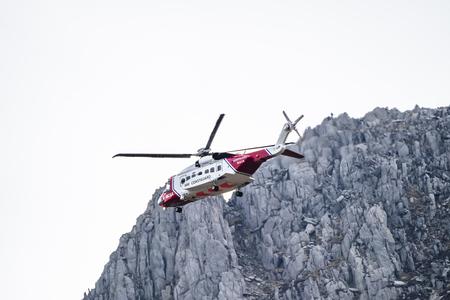 Ogwen Glen / Pays de Galles - 29 Avril 2018 : hélicoptère des garde-côtes britanniques HM Sikorsky S-92 exploité par Bristow Helicopters effectuant un exercice de sauvetage à Ogwen Glen