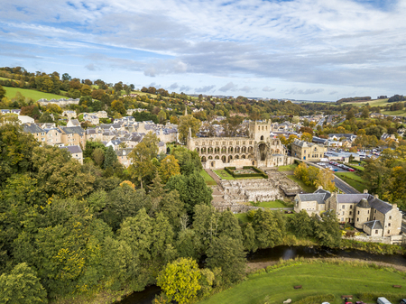 Aerial view of Jedburgh in autumn with the ruins of Jedburgh Abbey in Scotland Banque d'images