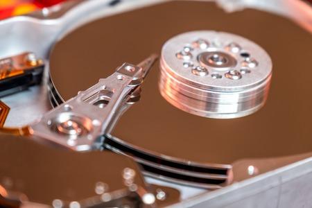 Gros plan sur un disque dur d'ordinateur d'exploitation lisant et écrivant des données