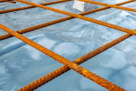 Metal reinforcement grid and wood frame for reinforced concrete basement construction Banque d'images