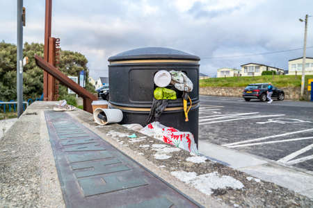 PORTNOO, COUNTY DONEGAL , IRELAND - AUGUST 18 2020: Dustbin is overly full during the pandemic Reklamní fotografie - 161855992