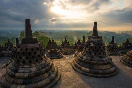 Sonnenaufgang bei Borobudur - buddhistischer Tempel. Zentraljava, Indonesien Standard-Bild