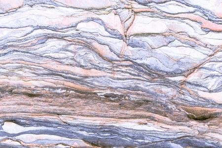 Gesteinsschichten - bunte Gesteinsformationen, die sich über Hunderte von Jahren gestapelt haben. Interessanter Hintergrund mit faszinierender Textur