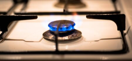 Blurred gas hob and blue flame in the old fashioned kitchen Stockfoto