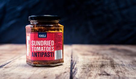 Perth, Scotland - 11 November 2019: jar of sundried tomatoes Redactioneel
