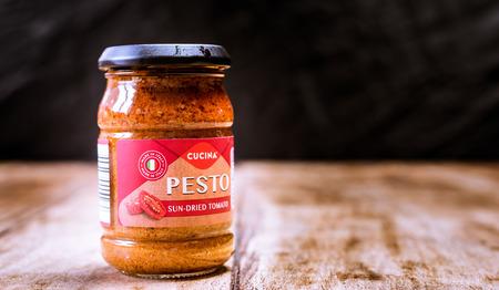 Perth, Scotland - 11 November 2019: jar of sundried tomato pesto Redactioneel