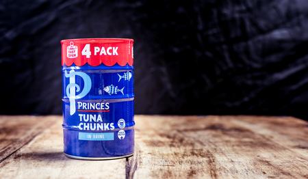 Perth, Scotland - 11 November 2019: a tin of tuna chunks in brine Redactioneel