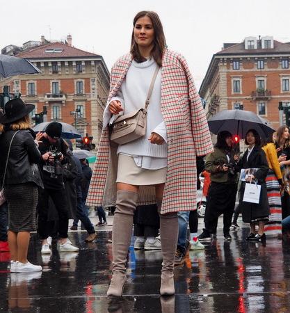 milánó: Milan, Italy - February 25, 2016: A fashionable girl walking for photographers during the Milan Fashion Week Womens Fall  Winter 2016. Sajtókép