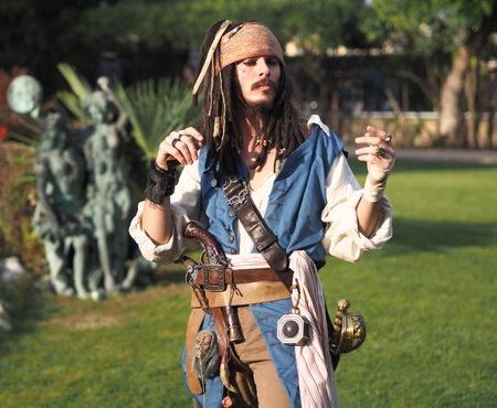 BRUSAPORTO - 28 oktober: Een niet-geïdentificeerde man poseert als Jack Sparrow uit Pirates of the Caribbean filmfranchise tijdens een informele cosplay-bijeenkomst op EXPOPHODODAY 28 oktober 2017 in Brusaporto, Italië
