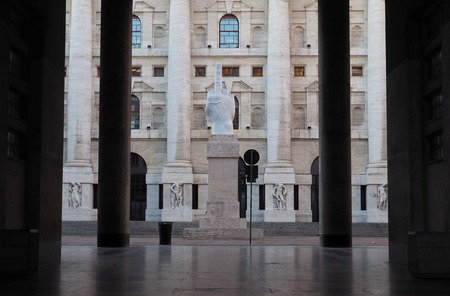 자정 궁전, 이탈리아 밀라노에서 이탈리아 증권 거래소의 좌석 에디토리얼