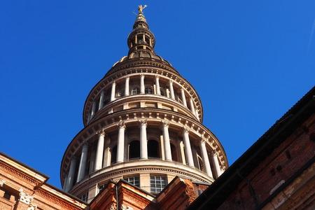 イタリア、ノヴァーラのサン・ガウデンツィオ大聖堂の有名なドームの眺め。