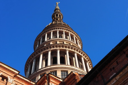 Uitzicht op de beroemde koepel van de San Gaudenzio-basiliek in Novara, Italië. Stockfoto
