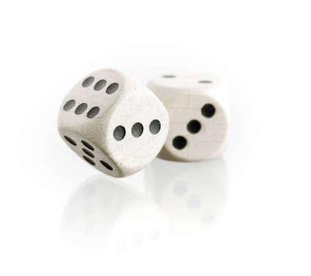 kostky: Dvě kostky s odrazem na bílém pozadí