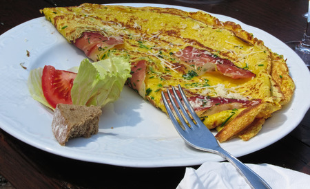 speck: Omelet with speck, cheese and herbs