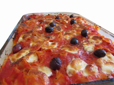 durum: P�tes faites maison cuit italien sur fond blanc. Les ingr�dients sont les p�tes italiennes � base de bl� dur sauce tomate mozzarella basilic origan olives d'huile d'olive Banque d'images
