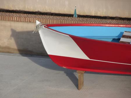 bateau de course: Proue de bois bateau de course avec dix sièges en réparation en cale sèche à Livourne, en Toscane, Italie