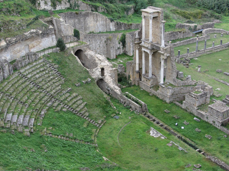teatro antiguo: Ruins of a antique roman amphitheater in Volterra, Province of Pisa, Tuscany, Italy