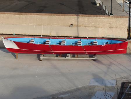 bateau de course: Bois bateau de course avec dix si�ges en r�paration en cale s�che � Livourne, en Toscane, Italie