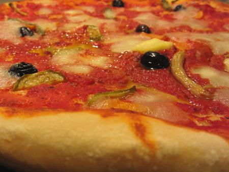 Originele Italiaanse pizza met tomatensaus, champignons en olijven