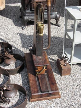 로컬 벼룩 시장에서 기계를 처리하는 골동품 빈티지 병. 투스카니, 이탈리아