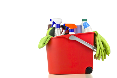 productos quimicos: Productos de limpieza sobre un fondo blanco