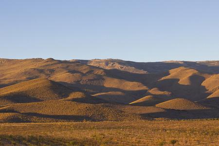 Montañas del desierto con largas sombras al atardecer. Foto de archivo - 74113667