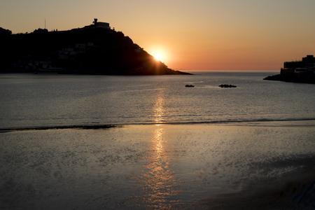 La concha bay at sunset (San Sebastian, Spain). Foto de archivo