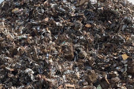 Background image of a mountain of rusty scrap metal. Foto de archivo